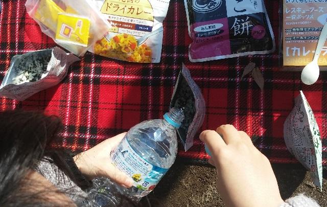 非常食を食べて災害時をイメージ/宮下公園で親子が防災ピクニック