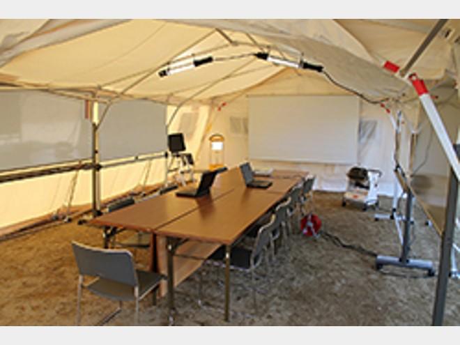 30秒で立ち上がる 電気不要の防災用テントをクラレが開発
