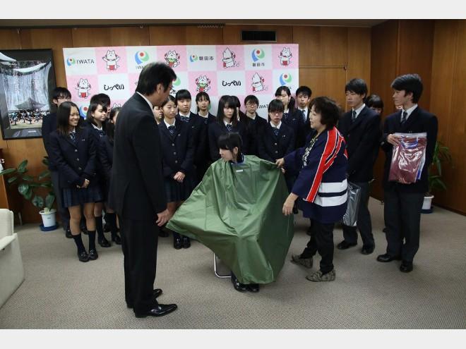 プライバシー守る災害時用ポンチョ 磐田の専門学校生が製作